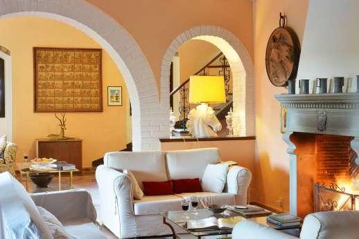 Tenuta il Poggio - The sitting room with an open fireplace.
