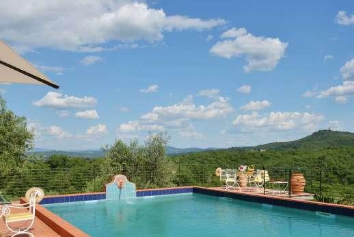 Tenuta il Poggio - The swimming pool capturing wonderful views of the glorious landscape