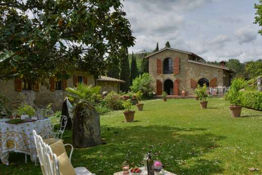 Tenuta il Poggio - Outside seating large garden and the guesthouse.