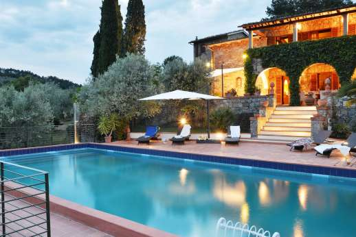 Tenuta il Poggio - Pool terrace ample sunloungers set several steps below the ground floor loggia.