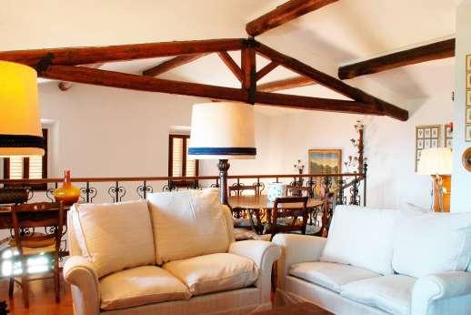 Tenuta il Poggio - First floor sitting room with a TV.
