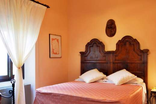 Tenuta il Poggio - Double bedroom shares a bathroom with a twin bedroom.