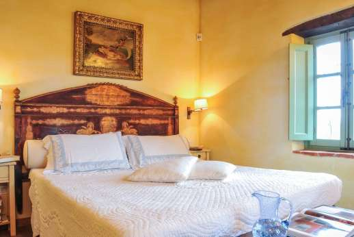 Villa Ambra - Double bedroom with en suite bathroom.