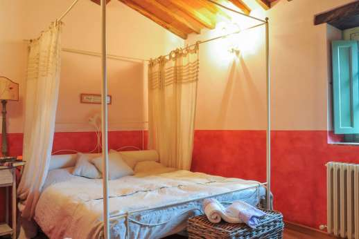 Villa Ambra - A double bedroom shares a bathroom with a third double bedroom.