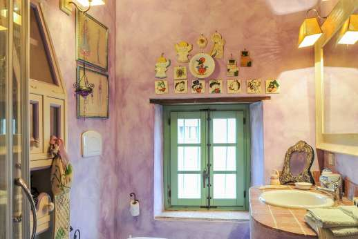 Villa Ambra - The shared bathroom.