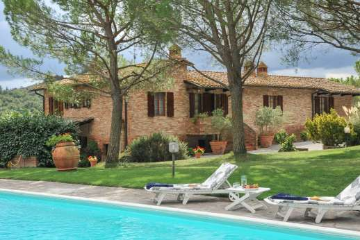 Villa Le Focaie - Pool terrace furnished with sunloungers, tables and umbrellas.