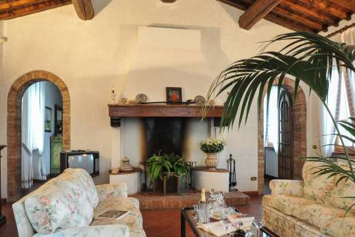 Villa Le Focaie - Air conditioned living room with fireplace.