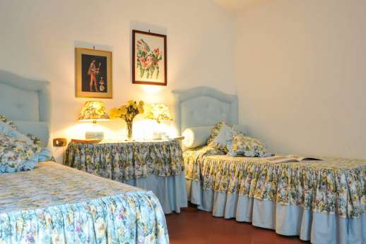Villa Le Focaie - Air conditioned twin bedroom.