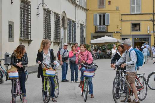 Lucca By Bike Or Foot - A tour guide explains Lucca's history to a group of tourists on a bicycle tour