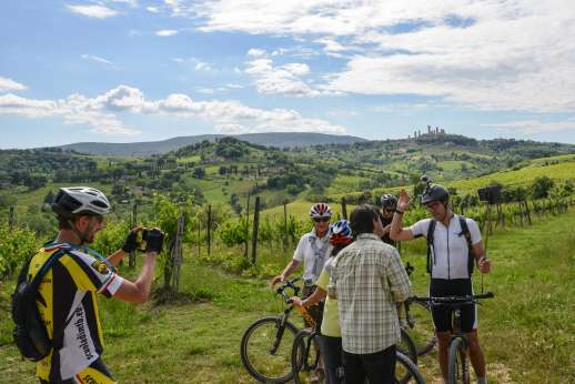 San Gimignano By Bike - Group of cyclists having a picture taken in San Gimignano