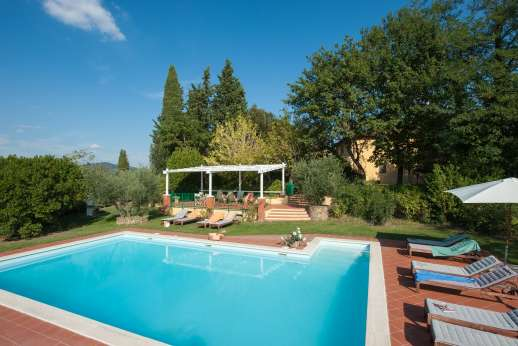Podere San Carlo - A very pretty and nicely maintained garden with lawns and rose bushes surrounded by vineyards.