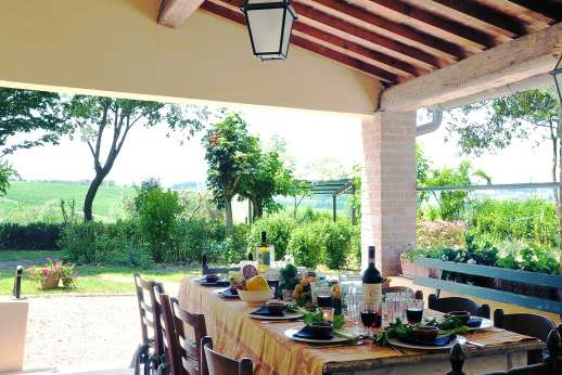 Podere San Carlo - The spacious dining loggia just outside the kitchen.
