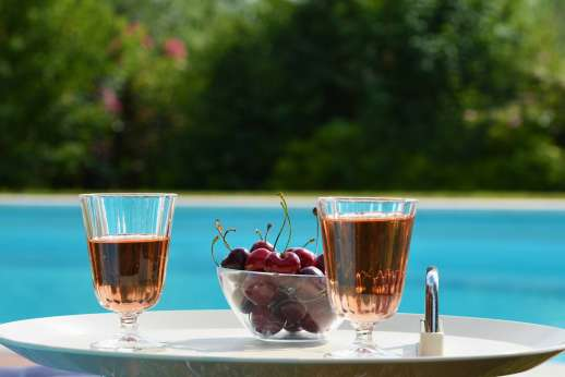 Podere San Carlo - Relax with an apéritif by the pool.