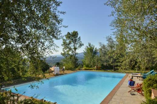 Il Nido del Picchio - The swimming pool set on a lawned terrace with views of the Duomo