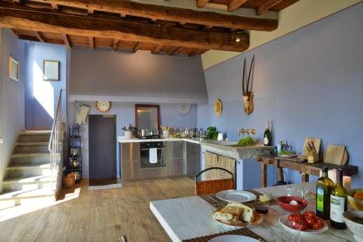 Il Nido del Picchio - Open kitchen area with access to the outside dining area