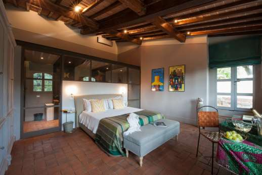 Il Nido del Picchio - Master bedroom with double bed and ensuite bathroom with shower and double sink.