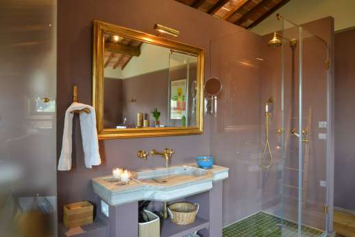 Il Nido del Picchio - Ensuite openspace bathroom with shower and separate WC room.
