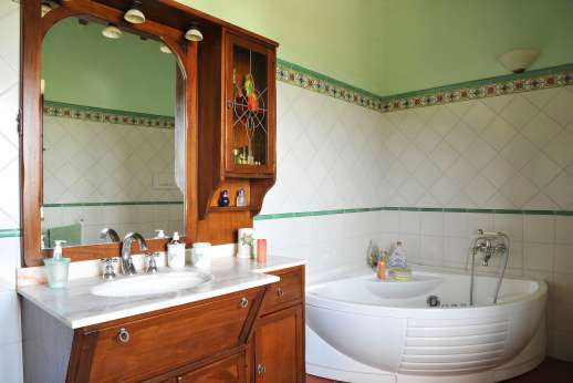 San Leolino (x 12 people) with Staff and Cook - First floor bathroom with jacuzzi.