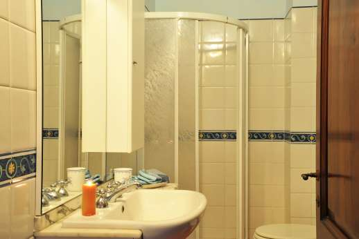 San Leolino (x 12 people) with Staff and Cook - First floor, bathroom with shower.