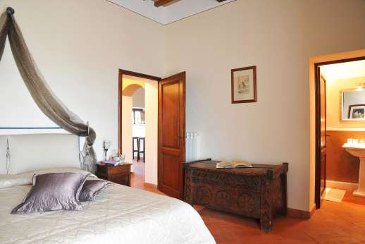 San Leolino (x 12 people) with Staff and Cook - Ground floor double bedroom with en suite bathroom and access to the garden.