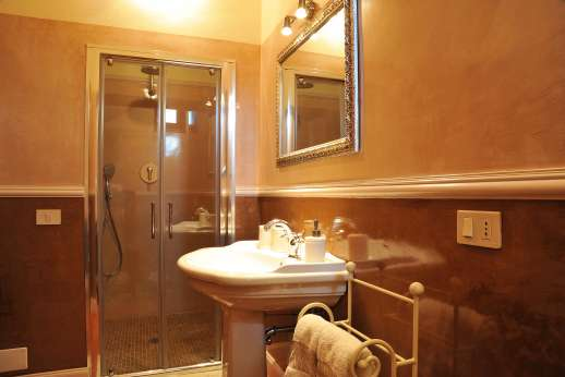 San Leolino (x 12 people) with Staff and Cook - Ground floor en suite bathroom with shower.