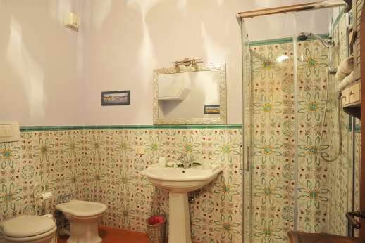 San Leolino (x 12 people) with Staff and Cook - Ground floor shared bathroom with shower and bath.