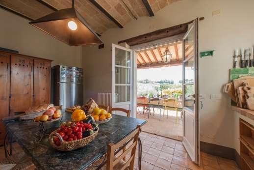 Acqua e Miele - Kitchen with access to to the dining loggia