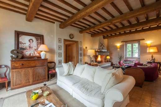 Acqua e Miele - Full view of the large sitting room.