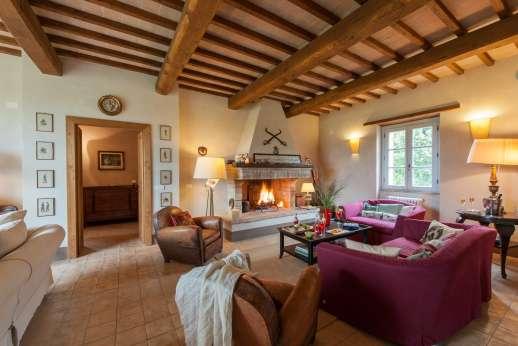 Acqua e Miele - Sitting room with fireplace.