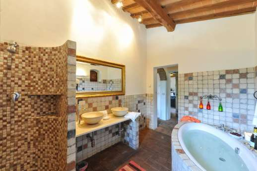 Campo Chinandoli - One of the en suite bathrooms with a bath and shower.