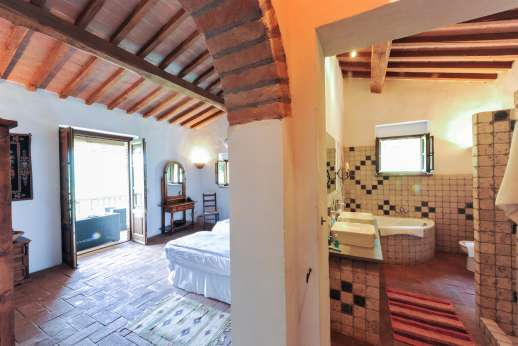 Campo Chinandoli - En suite leading through to the bedroom.