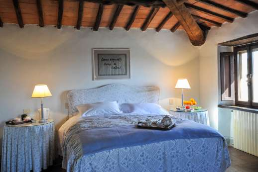 Casa al Bosco - The bedroom is air conditioned with high beamed ceilings