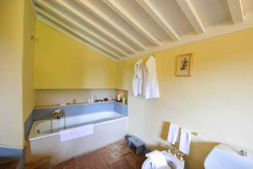 Casa al Bosco - Have a relaxing bath in the first floor bathroom.