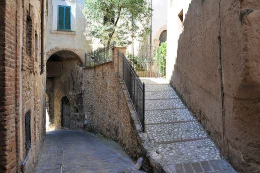 Casa del Poggio - The house's location at the edge of San Gemini, a lively hilltop village steeped in history, with restaurants and shops just walking distance.