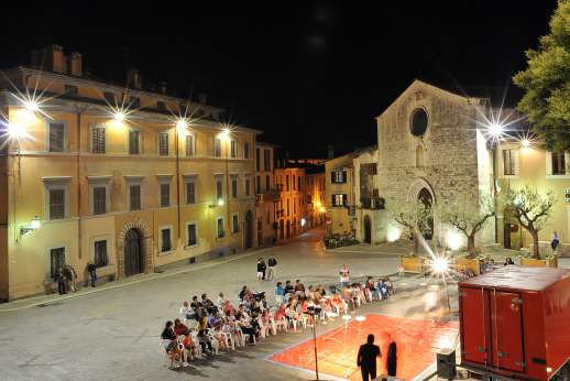 Casa del Poggio - The town square, evenings in San Gemini.