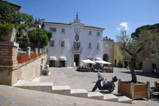 Casa del Poggio - There are coffee shops and cafes there