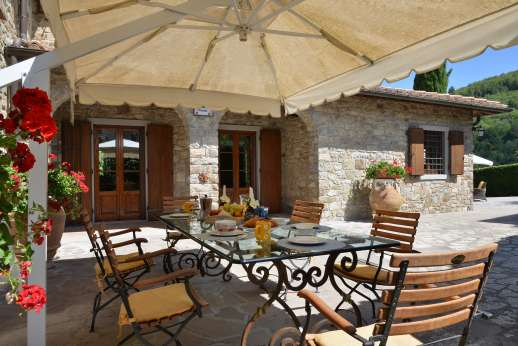 Casa Paggetti - The courtyard with dining facilities.