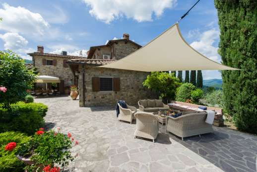 Casa Paggetti - Outside dining area and seating on the paved area surrounding the villa