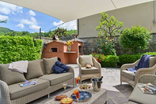 Casa Paggetti - Seating by the wood burning pizza oven and barbecue