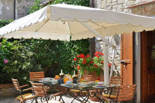 Casa Paggetti - Dining in the pretty courtyard.