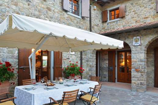 Casa Paggetti - From the courtyard easy access into the kitchen.