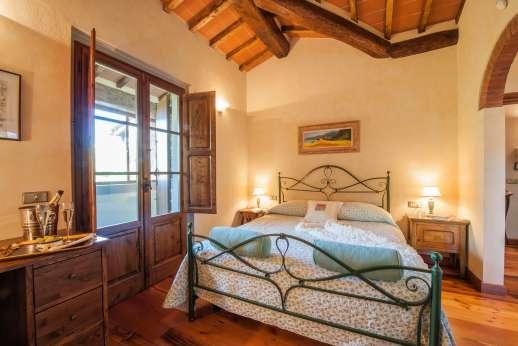 Casa Paggetti - Air conditioned double bedroom with en suite bathroom.