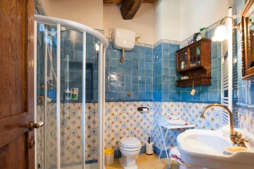 Casa Paggetti - An en suite bathroom with shower.