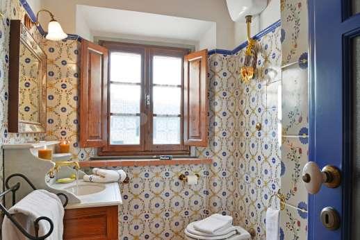 Casa Paggetti - Downstairs washroom.