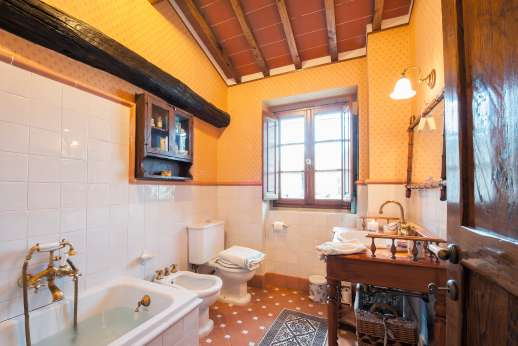 Casa Paggetti - The en suite bathroom with bath.