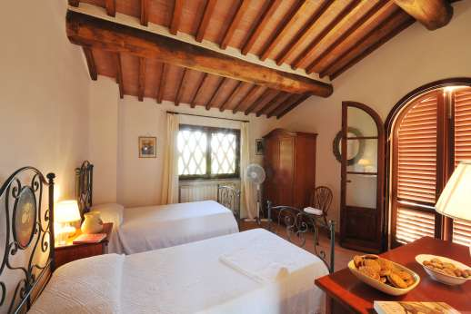 Casa Tara - First floor air conditioned twin bedroom, in the guest house.