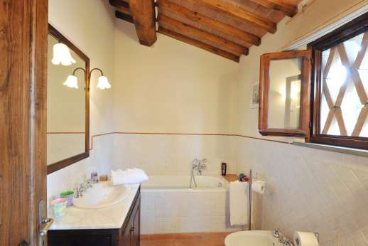 Casa Tara - Guest house bathroom with bath.