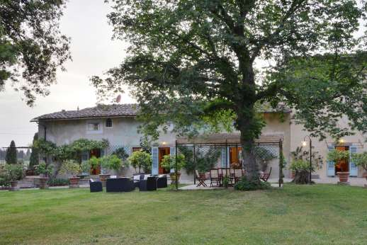 Casa Vecchia - The age old tree gives shade to the dining area in the large well kept garden.