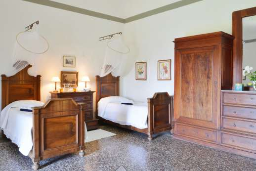 Casa Vecchia - Twin bedroom with en suite bathroom.