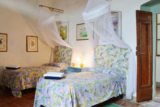 Casa Vecchia - A twin bedroom with en suite bathroom.